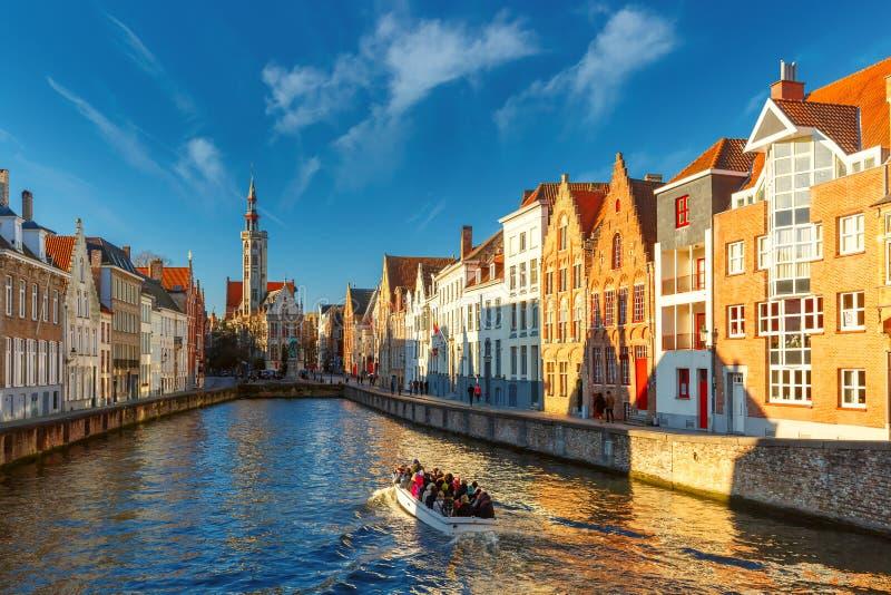 Barco de turista no canal Spiegelrei, Bruges, Bélgica fotografia de stock