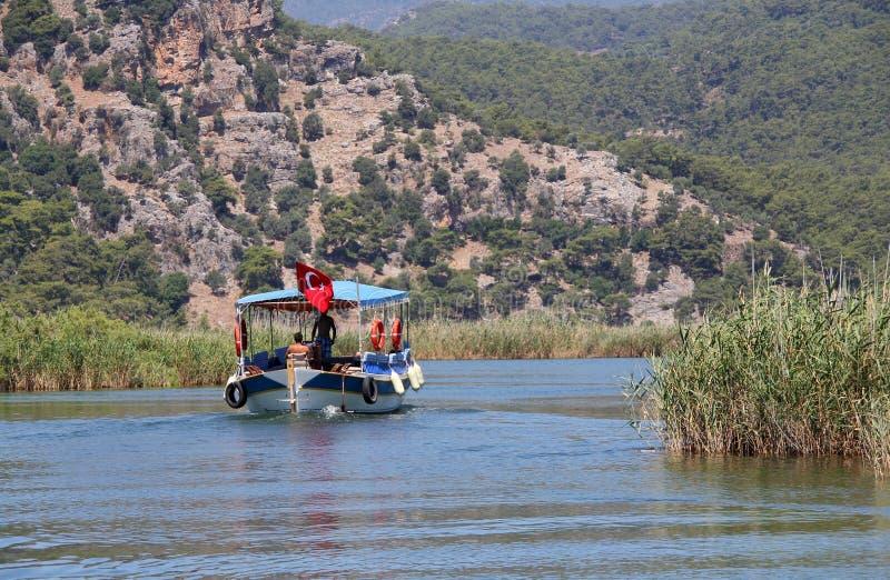 Barco de turista no rio de Dalyan, peru imagens de stock royalty free