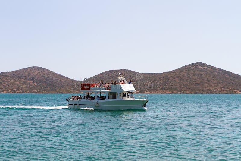 Barco de turista que visita a ilha de Spinalonga, Creta foto de stock