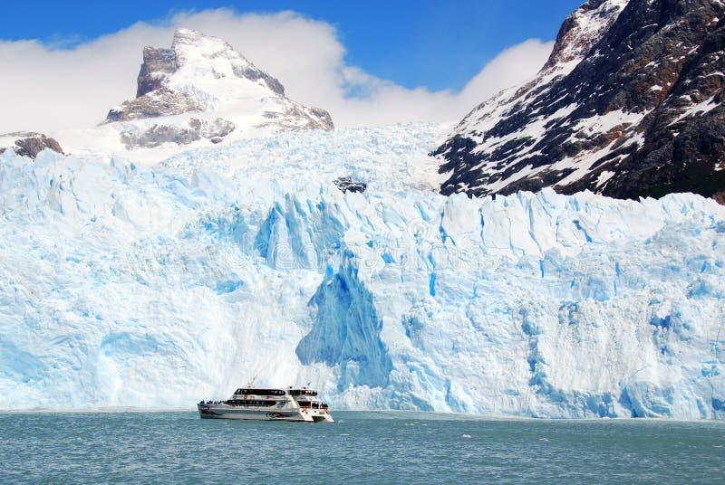 Barco de turistas na parte dianteira a geleira de Perito Moreno fotos de stock