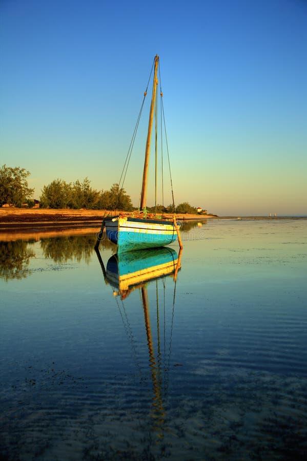Barco de vela azul da pesca foto de stock