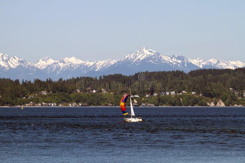 Barco de vela colorido en la península olímpica del sonido de Puget fotos de archivo libres de regalías