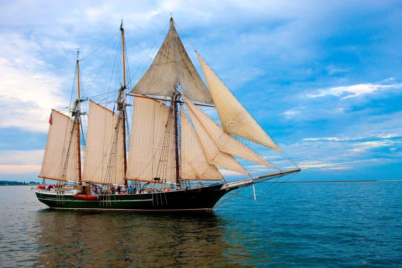 Barco de vela del viejo estilo cerca del puerto foto de archivo libre de regalías
