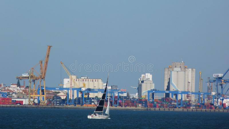 Barco de vela delante del par foto de archivo libre de regalías