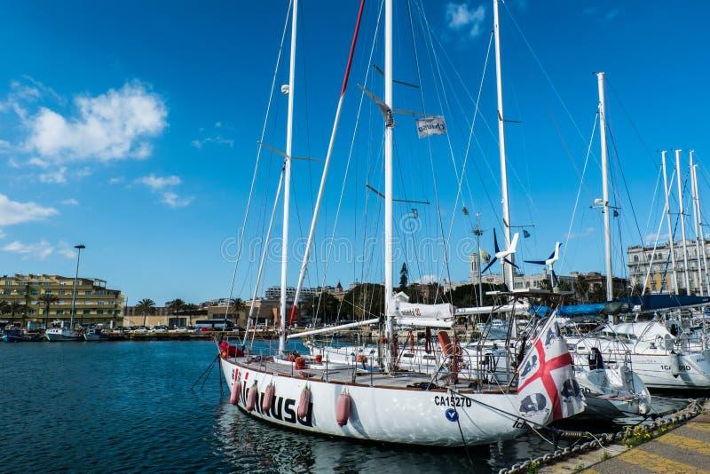 02-16-2018 barco de vela do ichnusa foto de stock
