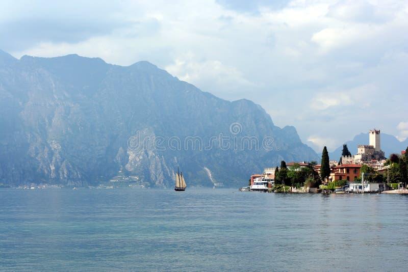 Barco de vela em um lago perto do recurso Malcesine foto de stock royalty free
