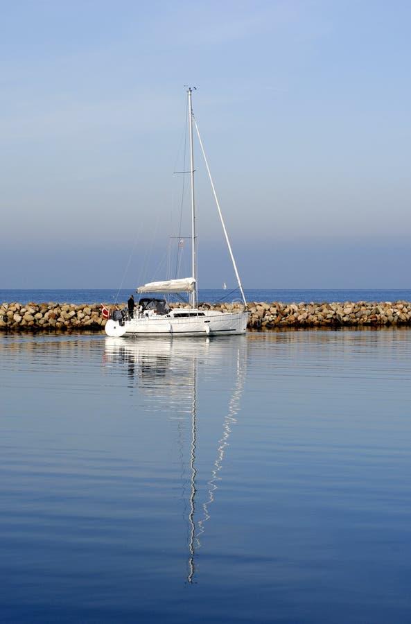 Barco de vela en azul fotos de archivo