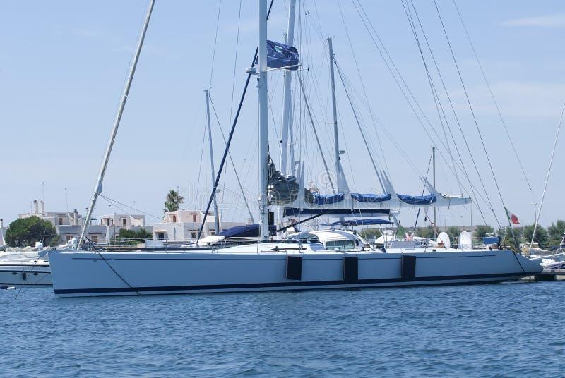 Barco de vela en el embarcadero fotografía de archivo libre de regalías