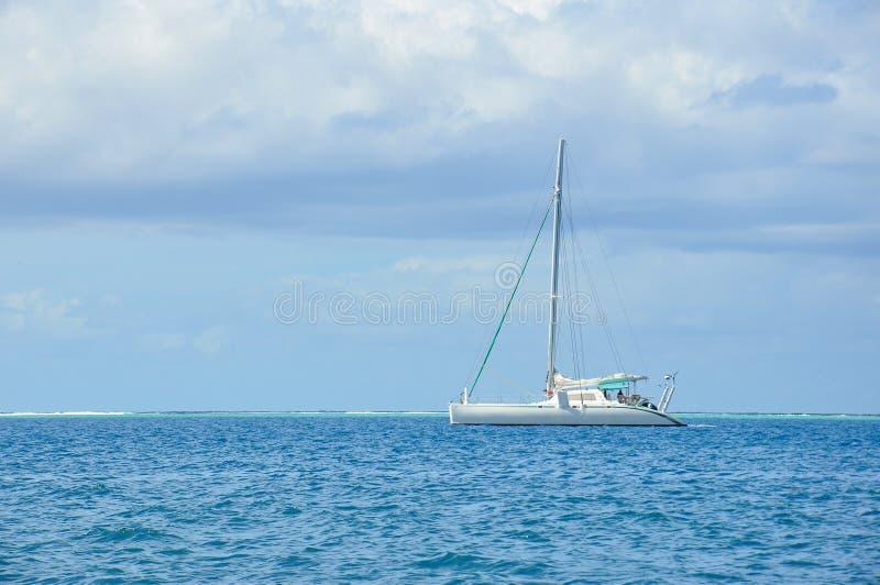 Barco de vela en el mar imagenes de archivo