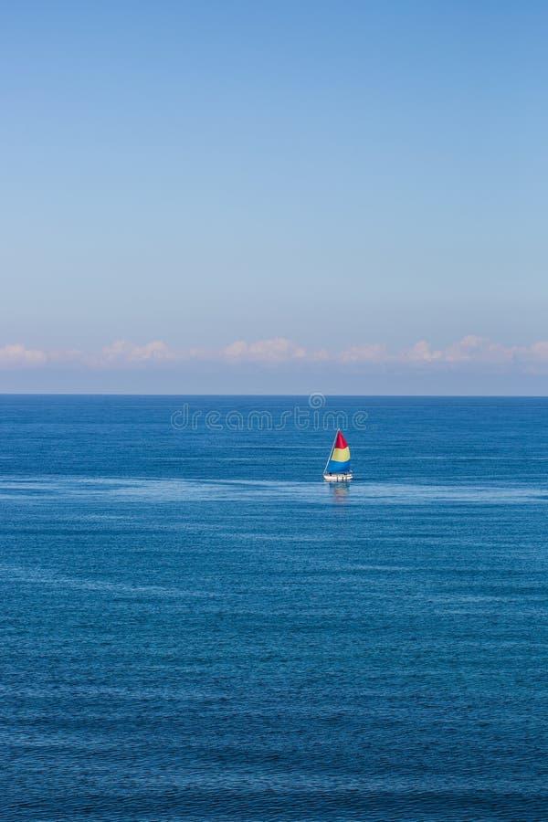 Barco de vela en el oc?ano fotografía de archivo libre de regalías