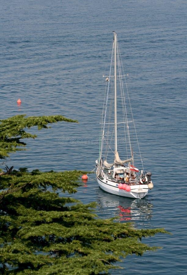 Barco de vela en la bahía imagen de archivo