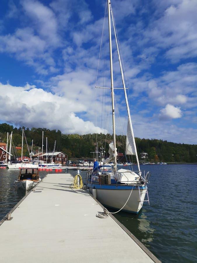 Barco de vela en muelle flotante en Valdemarsvik Suecia foto de archivo