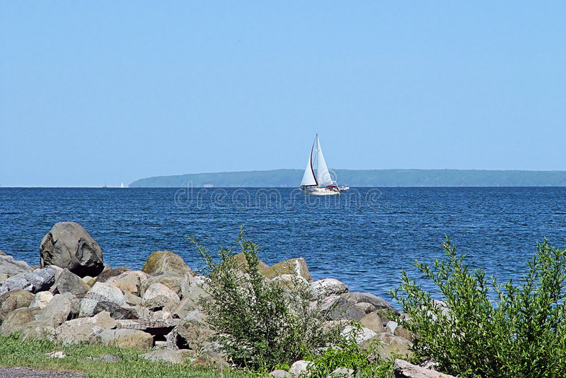 Barco de vela en superior de lago fotos de archivo