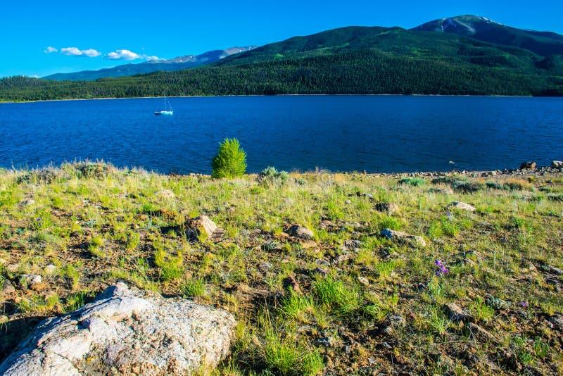 Barco de vela gêmeo de Colorado dos lagos que flutua pacificamente fotos de stock royalty free