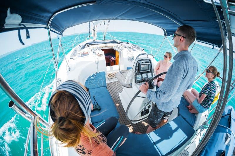 Barco de vela no mar imagem de stock royalty free
