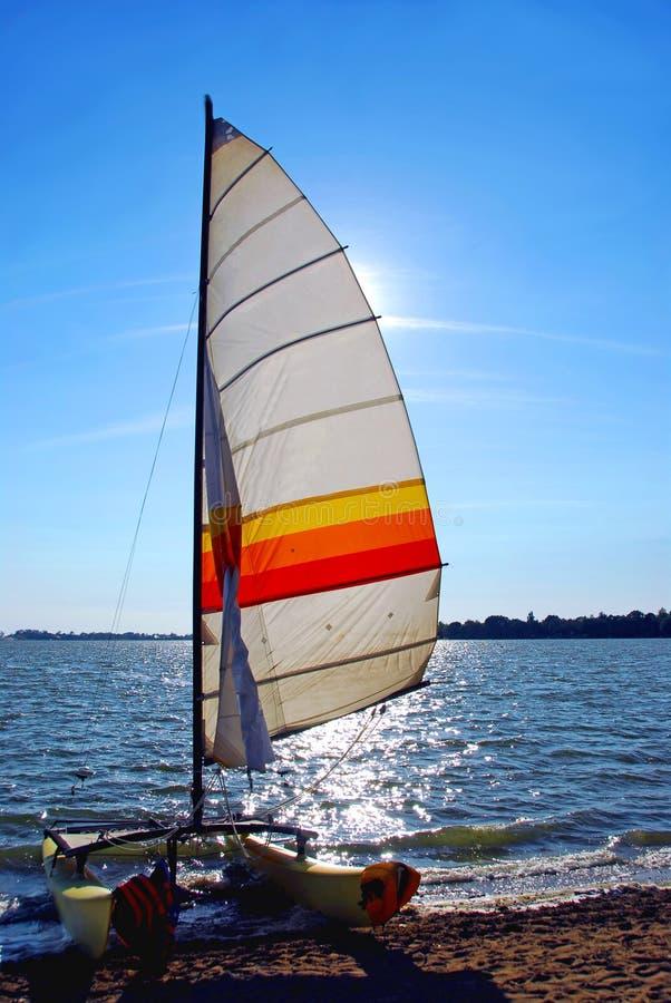 Barco de vela puesto a contraluz foto de archivo libre de regalías