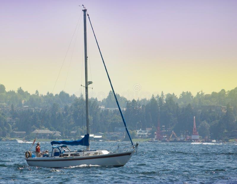 Barco de vela sin las velas en el lago Washington fotografía de archivo