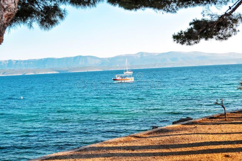 Barco de vela solo en bahía del mar Mediterráneo imágenes de archivo libres de regalías