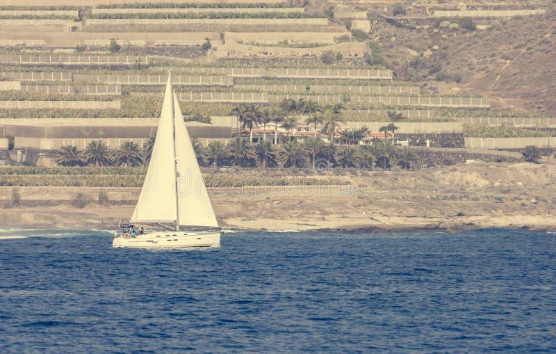 Barco de vela solo siling últimos campos de la terraza foto de archivo