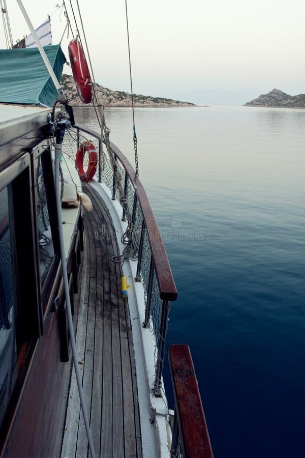 Barco de vela y mar imagen de archivo libre de regalías