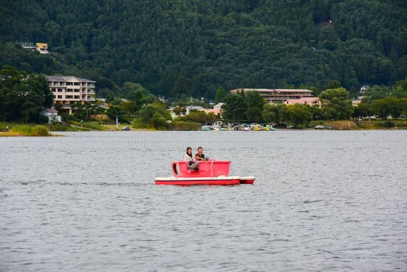 Barco de visita turístico de excursión de los turistas del montar a caballo sin título de la familia foto de archivo