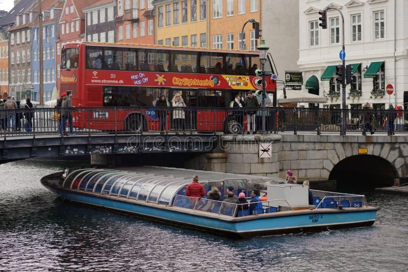 Barco de visita turístico de excursión del autobús y del viaje en Copenhague, Dinamarca foto de archivo