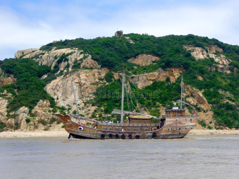 Barco de visita turístico de excursión en Putuoshan imágenes de archivo libres de regalías