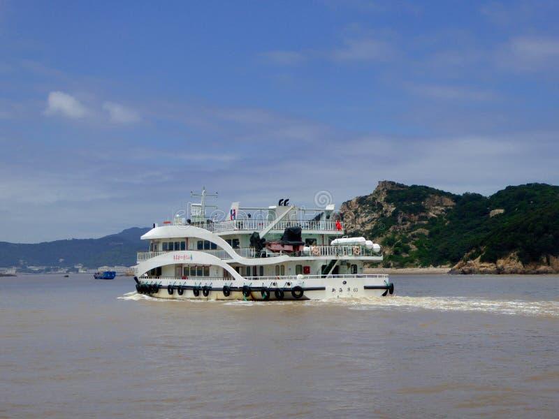 Barco de visita turístico de excursión en Putuoshan imagen de archivo