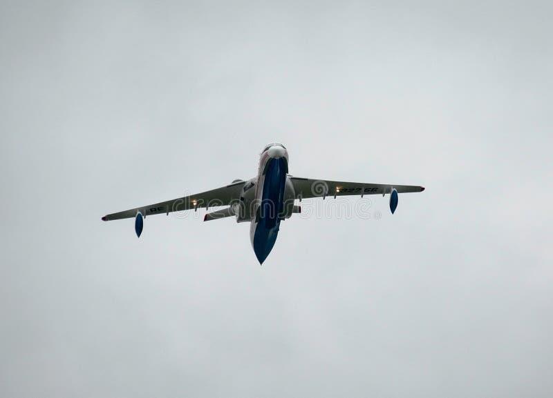 Barco de voo anfíbio dos aviões do russo, Be-200ChC para extinguir fogos imagem de stock