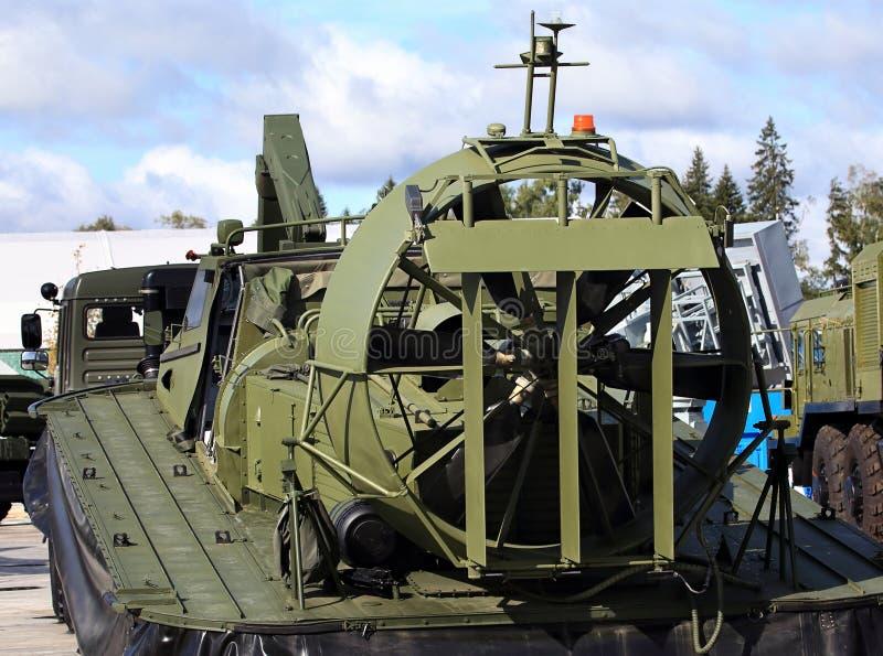 Barco del amortiguador de aire del ejército en el remolque imagen de archivo