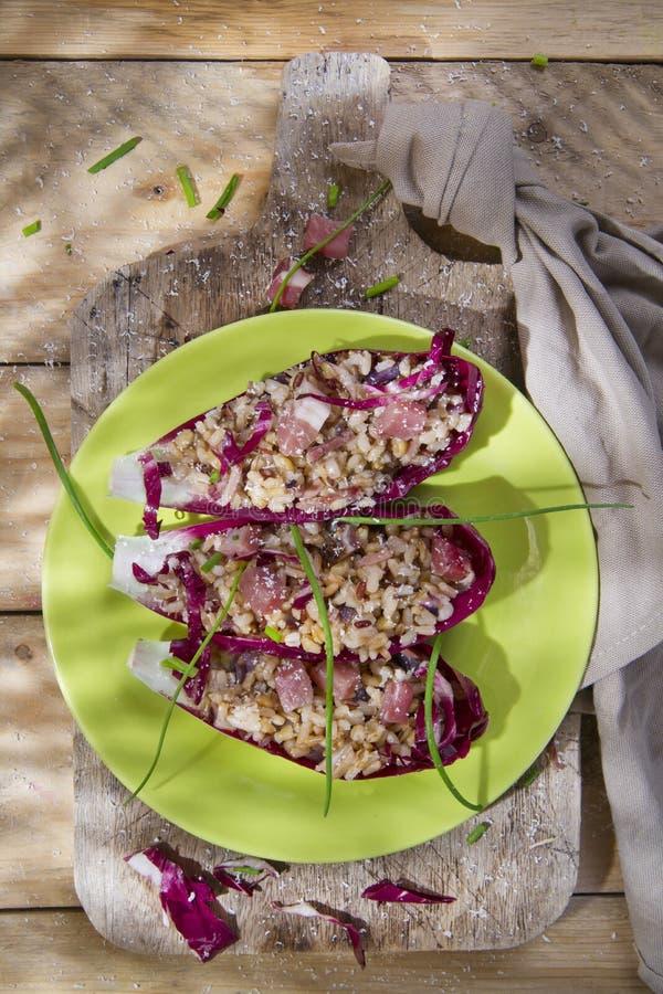 Barco del arroz moreno con radicchio y la mota rojos fotos de archivo