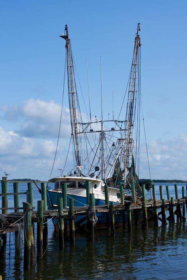 Barco del camarón atracado por el embarcadero fotografía de archivo