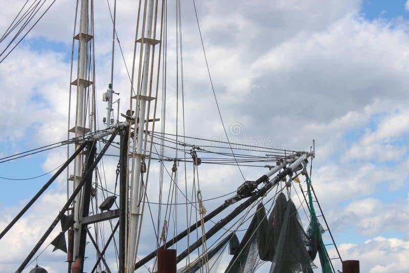 Barco del camarón que apareja contra el cielo imagen de archivo