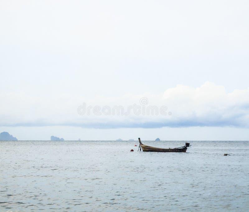 Barco del cielo de la nube y el mar Pescadores abstractos de la forma de vida imagen de archivo libre de regalías