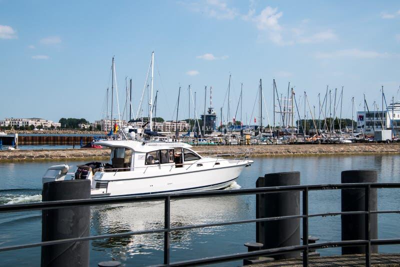 Barco del crucero de cabina que cruza en un canal liso fotografía de archivo libre de regalías