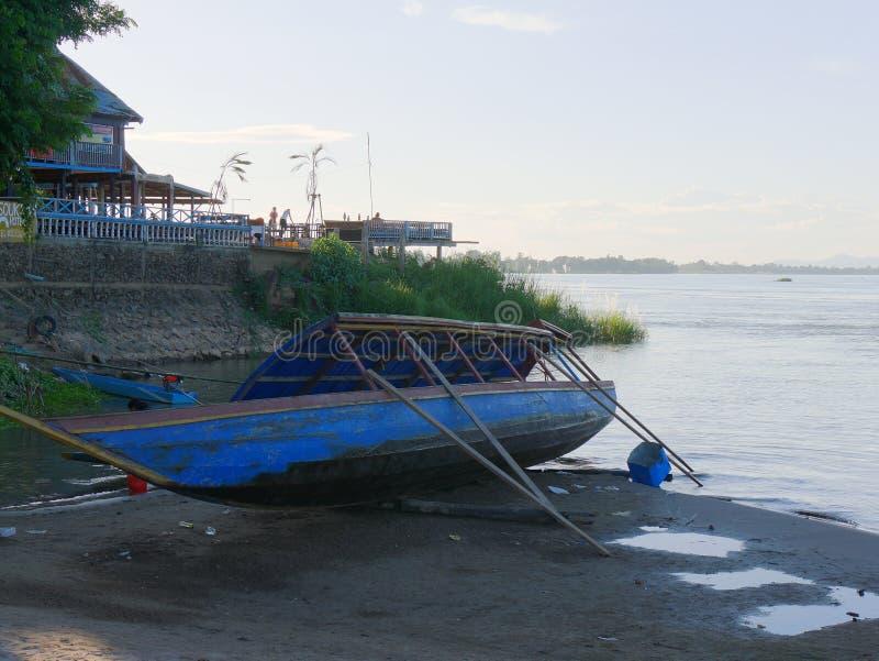 Barco del dique seco en el lado de un río imágenes de archivo libres de regalías