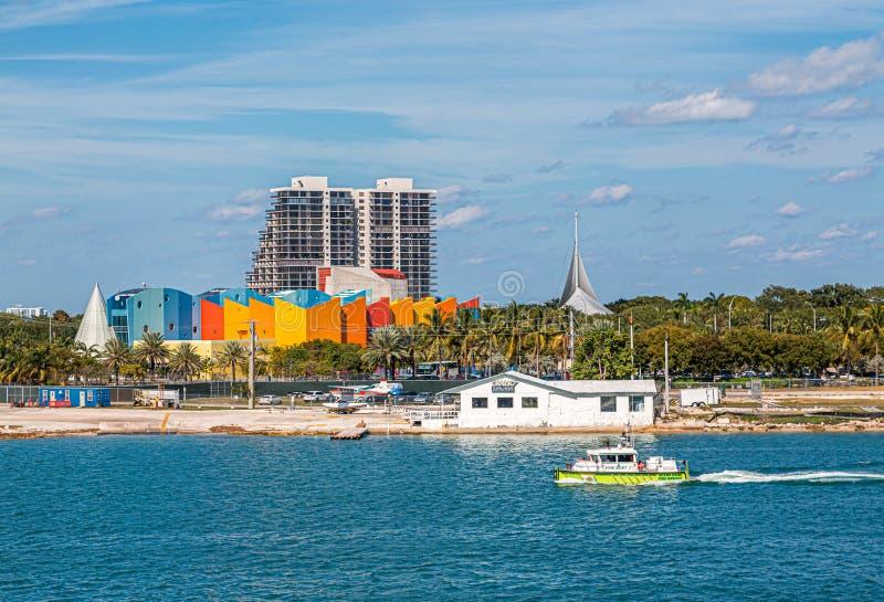 Barco del fuego en el canal de Miami fotos de archivo