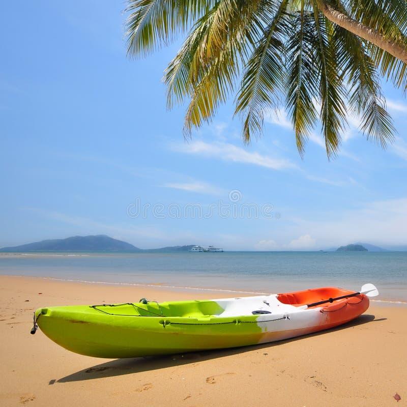 Barco del kajak en fondo tropical de la playa en Koh Phayam en Ranong, Tailandia fotografía de archivo
