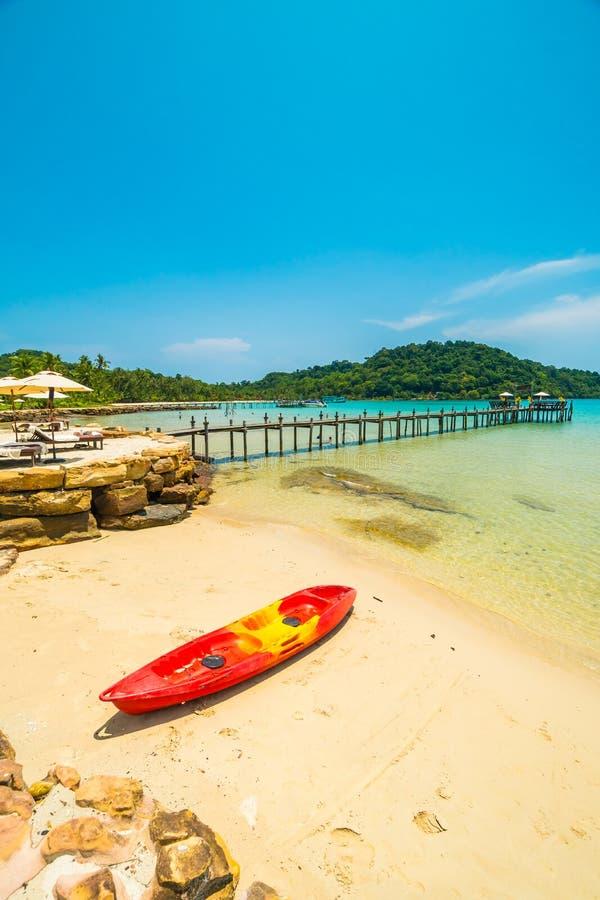 Barco del kajak en la playa tropical hermosa y mar con la palmera del coco en la isla del paraíso imagen de archivo