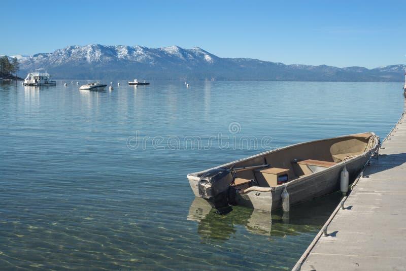 Barco del lago mountain fotografía de archivo libre de regalías