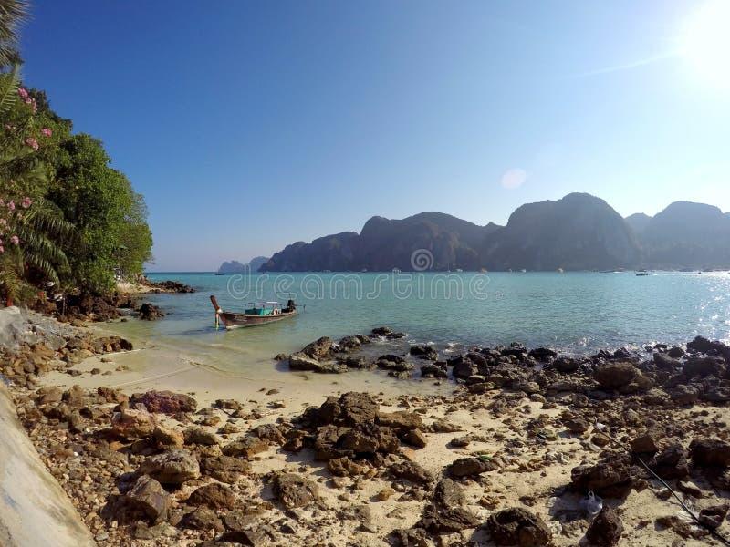Barco del longtail de Tailandia de la playa de Koh Phi Phi Don foto de archivo