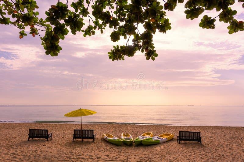Barco del mar, de la arena, de la playa, de la silla, del paraguas y del kajak imagenes de archivo