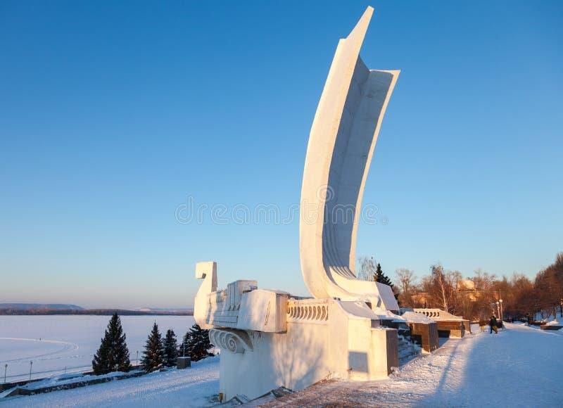 Barco del monumento en el terraplén de la ciudad en el Samara, Rusia fotografía de archivo