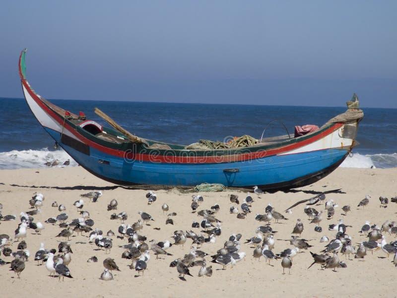 Barco del pescador en la arena fotos de archivo