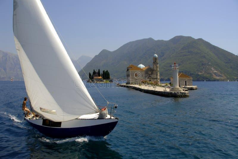 Barco del Regatta en la bahía de Kotor foto de archivo libre de regalías