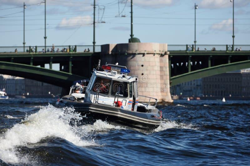 Barco del servicio de búsqueda y de rescate en St Petersburg, Rusia fotos de archivo