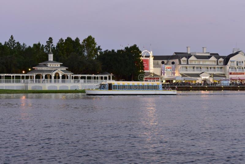 Barco del taxi que se va de área de embarque, delante del paseo victoriano precioso en área de embarque, en el lago Buen imágenes de archivo libres de regalías