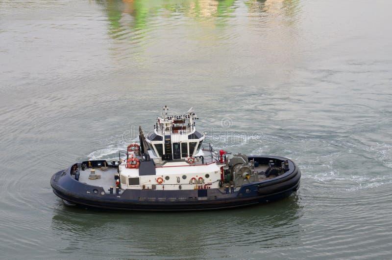 Barco del tirón en el Canal de Panamá imagen de archivo libre de regalías