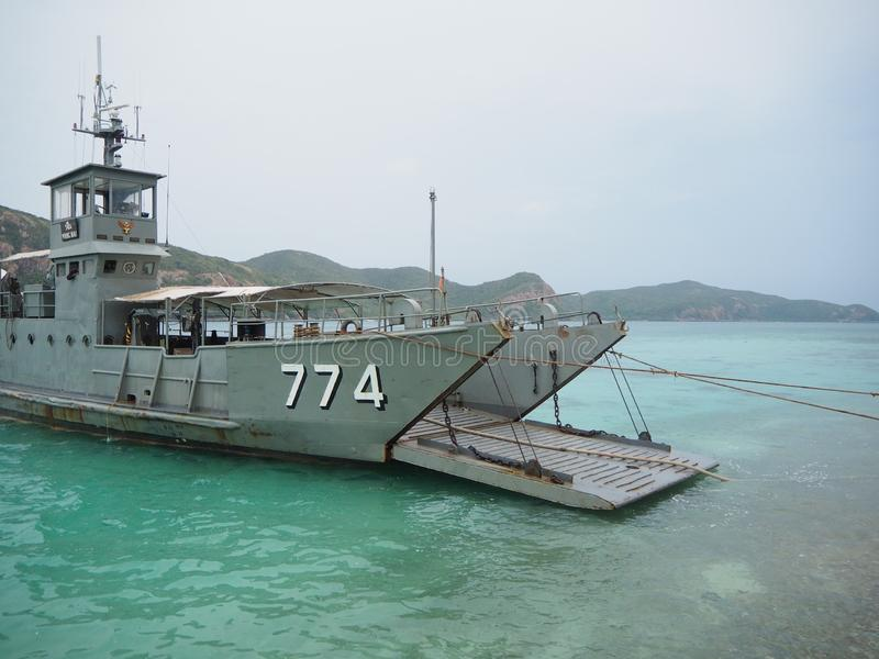 Barco del transporte del agua dulce en la isla de Ko Kham imagenes de archivo