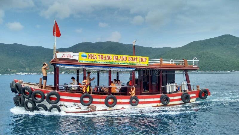 Barco del viaje del día delante de una isla cerca de Nha Trang, Vietnam imagen de archivo